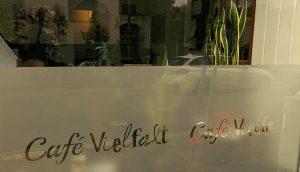 Fenster mit Schriftzug vom Cafe Vielfalt